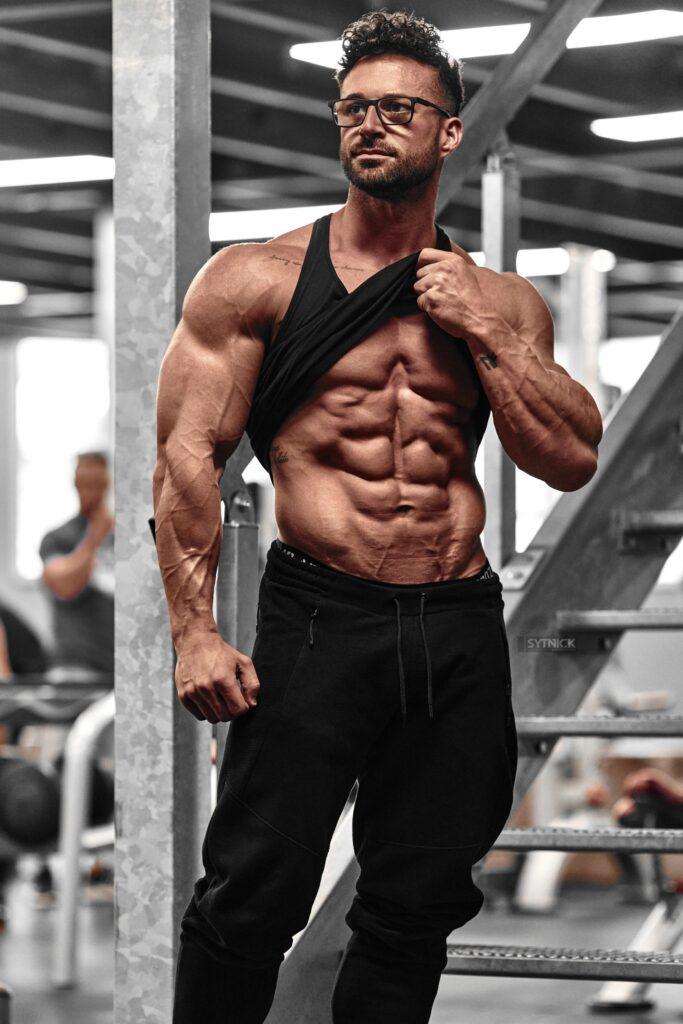 Chico fitness abdomen marcado